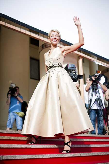 Платье Екатерины Волковой похоже на реквизит