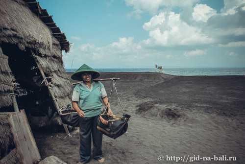 Бали Пляж с черным песком, океан и храм летучих мышей