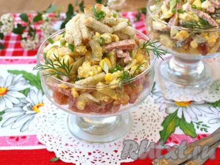 Узнай рецепт салата с сухариками и копчёной