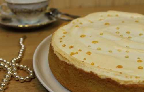 Сверху и с боков покрываем наш тортик взбитыми сливками