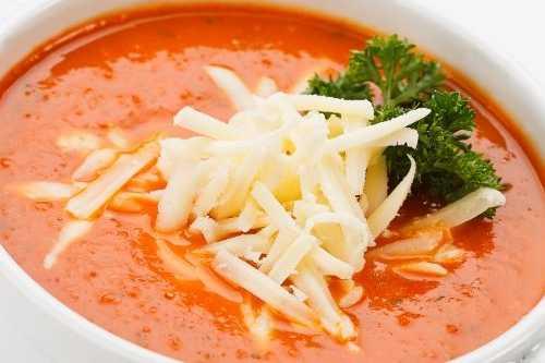 Средиземноморский томатный суп с сыром и гренками