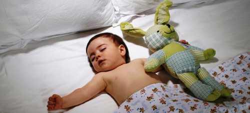А потом выйти из комнаты и дать малышу возможность заснуть самостоятельно