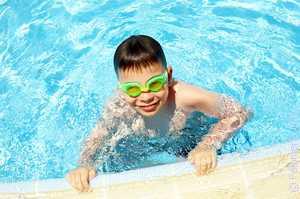 Когда приходится плавать в чистой воде в ночных грезах, то это предвещает жизнь без проблем и забот
