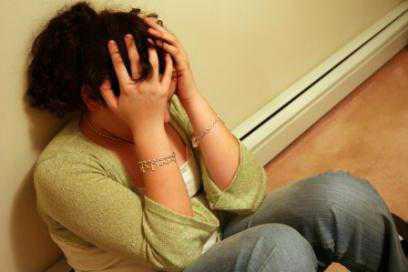 Алкоголь притупляет чувство вины, тоски и большинство остальных симптомов, и изза этого человек в депрессивном синдроме начинает в большом количестве употреблять алкогольные напитки данный симптом чаще выявляется у мужчин. </p>